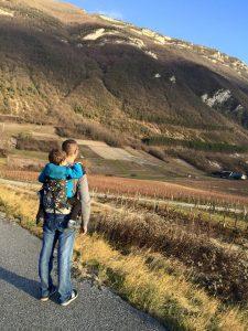 Père et fils devant les Alpes en Kokadi Flip Toddler XL